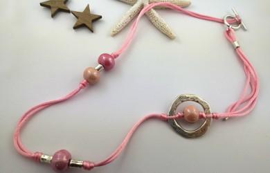 Tu collar de bolas de cerámica rosa paso a paso