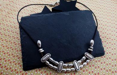 Collar pasadores ovalados de cuero